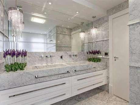 11. Banheiro com mármore carrara – Foto: Iara Kilaris