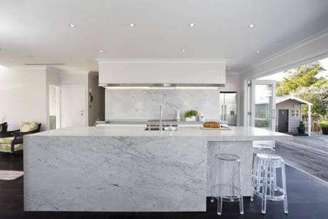13. Cozinha com bancada de mármore carrara – Via: Construindo Decor