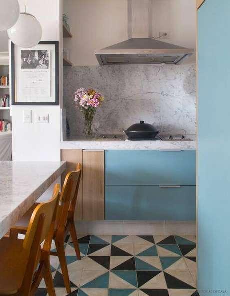 3. Use suas cores favoritas na decoração da cozinha para combinar com o revestimento – Via: Transforme sua Casa