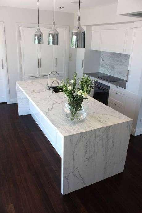 19. Bancada de cozinha feita de mármore, combinando com os armários brancos e os pendentes prateados – Via: Transforme sua casa