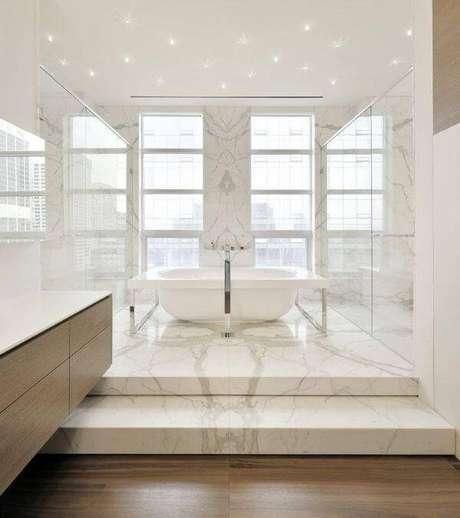 20. Banheiro com revestimento de mármore carrara – Via: Décor Fácil
