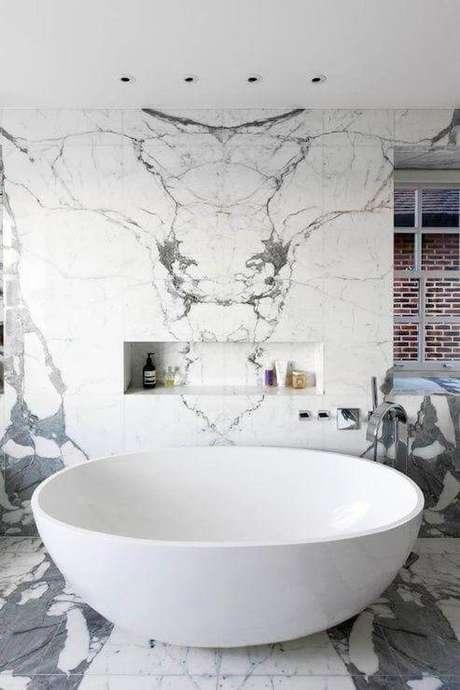 23. Mármore carrara na parede da banheira – Via: Pinterest