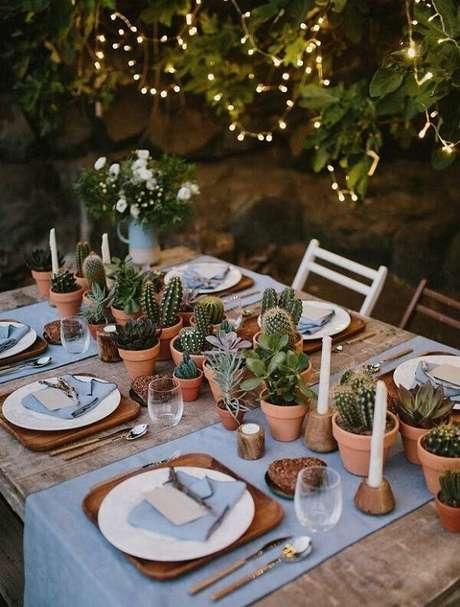 68. Diferentes tipos de cactos pequenos podem decorar o centro da mesa de jantar. Fonte: Casa Vogue