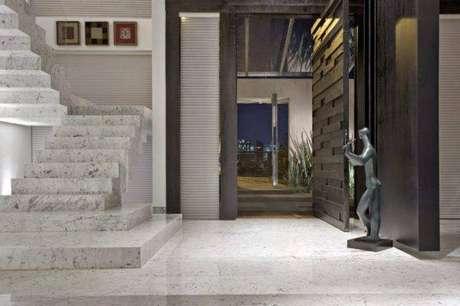 6. Escada de mármore para sala clássica e sofisticada – Foto: Assim eu gosto
