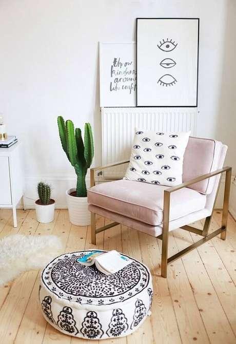 52. Sala de estar com poltrona rosa e vaso com diferentes tipos de cactos. Fonte: Casa Vogue
