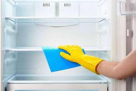10. Como limpar a geladeira sem danificar sua estrutura. Fonte: Decor Fácil