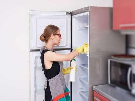 9. Mantenha a limpeza da geladeira sempre em dia. Fonte: Tua Casa