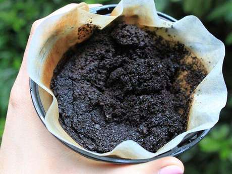 8. A borra de café também é muito utilizada para neutralizar odores da geladeira. Fonte: Catraca Livre