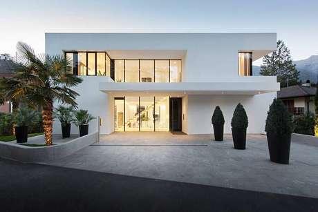 13. Casas lindas e modernas com fachada toda branca – Foto: Home Interior Design