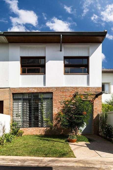 14. Casas lindas e simples com detalhes em tijolo à vista para valorizar a fachada – Foto: DT Estúdio