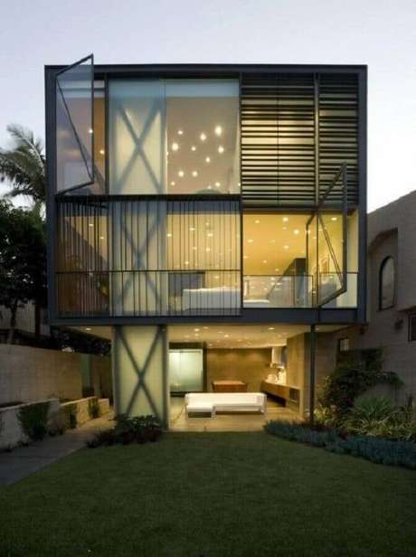 3. Muitos projetos de casas lindas e modernas possuem a fachada com grandes paredes de vidro – Foto: House Design