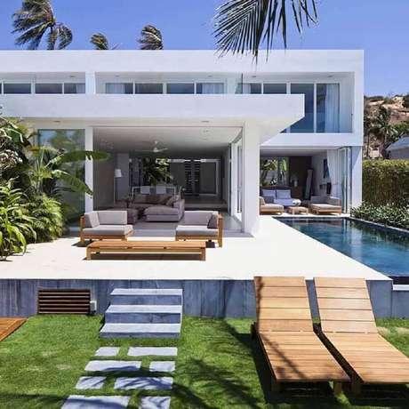 22. Linda inspiração de fotos de casas lindas com piscina na lateral e arquitetura moderna – Foto: Só Decor