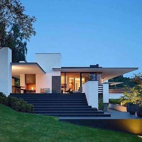 18. Fachada de casas lindas e modernas com escada – Foto: Pinterest