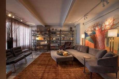 36. Decoração de casas lindas por dentro com sofá cinza e tapete marrom – Foto: Luis Fabio Rezende de Araujo