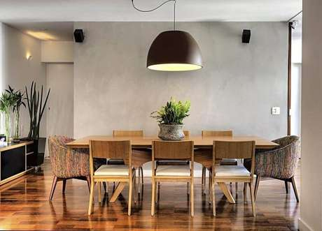 38. Decoração para sala de jantar com parede de cimento queimado e mesa de madeira – Foto: Studio Scatena Arquitetura