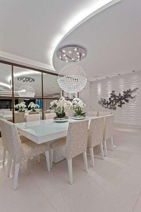 42. Decoração sofisticada para casa linda com lustre de cristal redondo e parede com revestimento 3D – Foto: Sua Obra