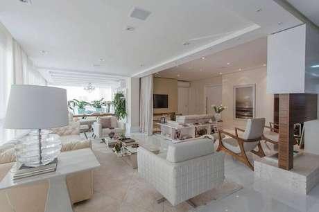 43. Decoração sofisticada para casas lindas por dentro toda branca com varanda integrada à sala de estar – Foto: Marcia Acaro