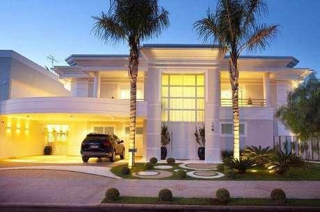 4. Linhas cuvas são presentes na fachada de casas lindas com estilo clássico – Foto: Pinterest
