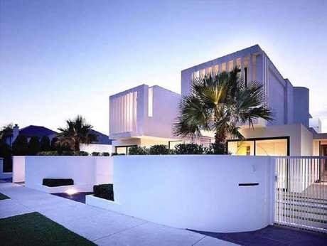49. Casa linda e moderna com fachada toda branca – Foto: Architizer