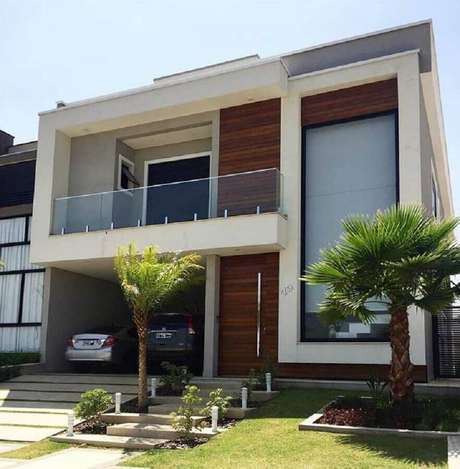 45. Fachada de casas lindas com ampla janela e varanda com guarda corpo de vidro – Foto: Pinterest