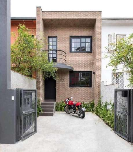 6. O tijolinho à vista garantiu um toque super charmoso à frente da casa linda e pequena – Foto: Meireles + Pavan Arquitetura
