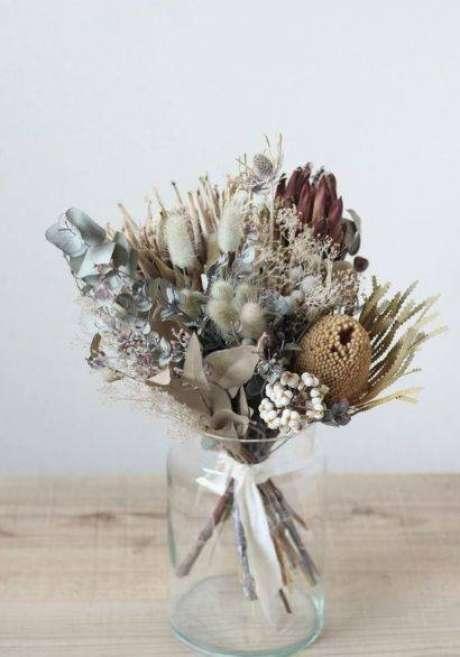 18. As flores secas são mais comuns em vasos de vidro. Foto: Pinterest