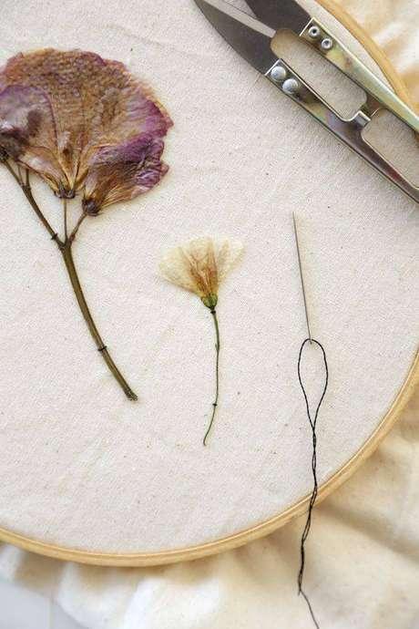 20. Uma ideia interessante é bordar suas flores secas. Foto: Hand Box