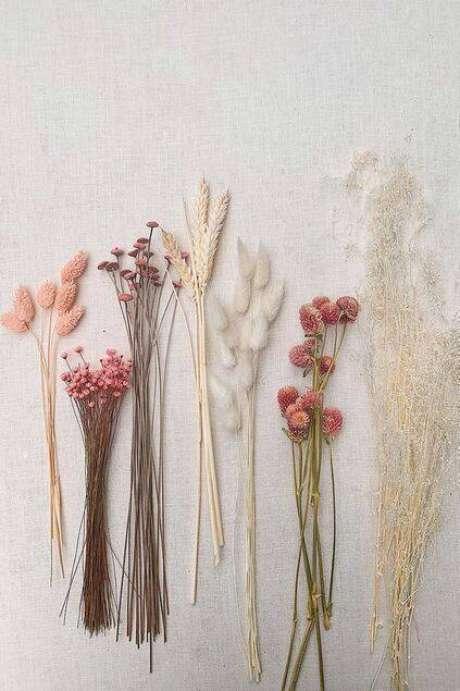 45. As flores secas usadas de forma solta é uma alternativa linda. Foto: Honest