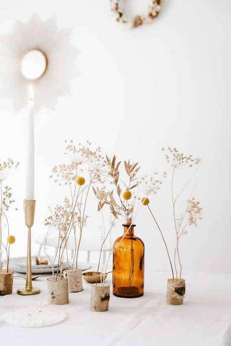 19. As flores secas combinam muito com garrafas. Foto: Dicas Práticas