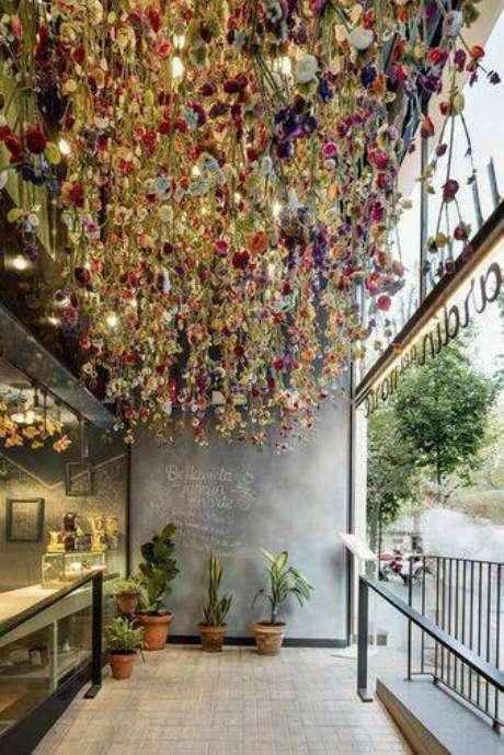 38. As flores secas no teto é uma alternativa delicada. Foto: DueHome