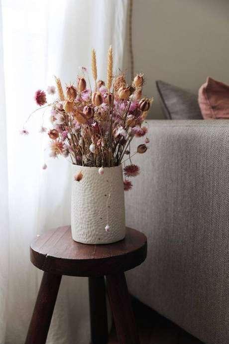 43. As flores secas ficam lindas em mesa de canto. Foto: Hello Hello