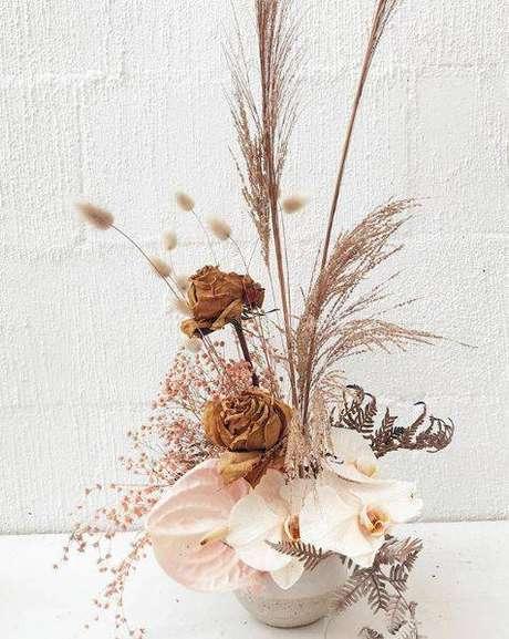 35. As flores secas podem compor um arranjo com flores saudáveis. Foto: Pinterest