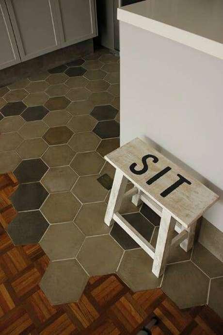 18. Você pode revestir seu chão com pisos antigos. Foto: Instagram