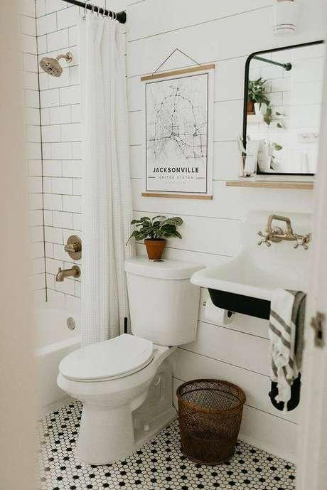 38. Banheiros ganham muito com pisos antigos. Foto: Ashley Winn Design