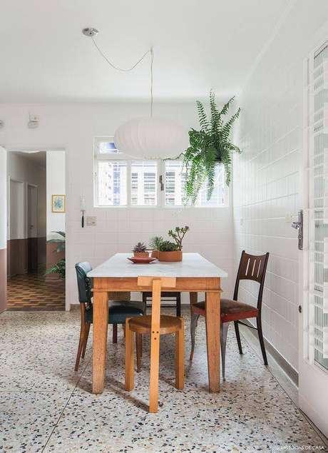 25. O ambiente ganha mais vida com pisos antigos. Foto: Histórias de Casa
