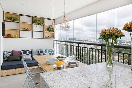 64. Varanda decorada com futon para casas lindas – Foto: Doob Arquitetura