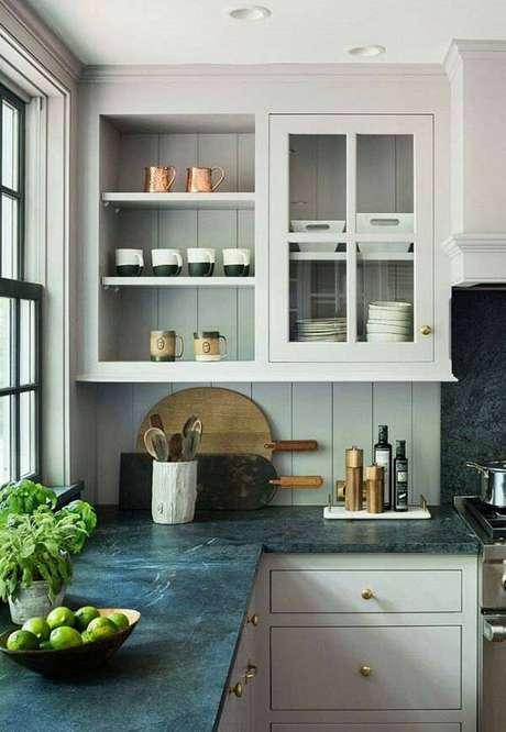 4.Decore o espaçocom armário branco e bancada feita com granito verde ubatuba cozinha. Fonte: Pinterest