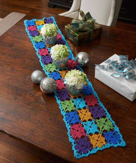 58. Caminha de mesa de crochê colorido – Via: Pinterest
