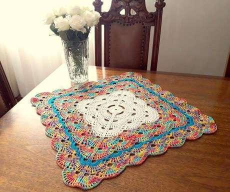 7. Centro de mesa de crochê quadrado e colorido – Via: Pinterest