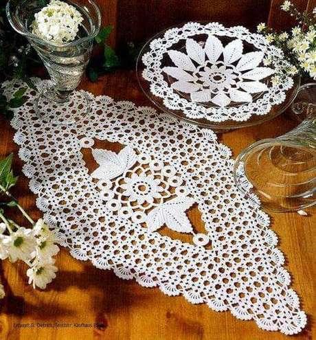 9. Centro de mesa de crochê combinando com o vaso de flores – Via: Pinterest