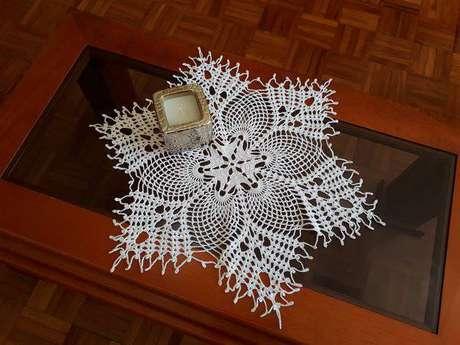 12. O centro de mesa de crochê também pode decorar a mesa de centro da sala de estar – Via: Artesanato