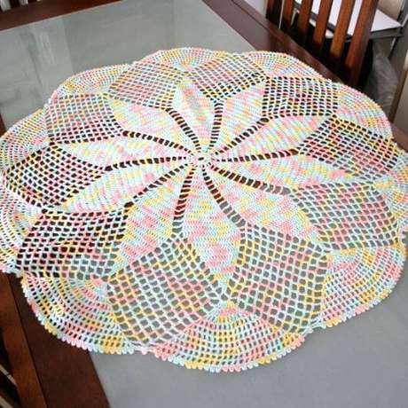 15. Centro de mesa de crochê colorido – Via: Casa e Construção