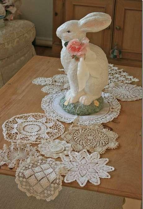19. Centro de mesa em crochê com decoração de coelho acima – Via: Revista VD
