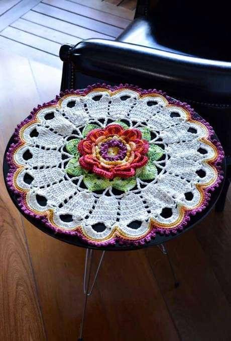 23. Centro de mesa de crochê com flores para a mesa de apoio ao lado do sofá – Via: Décor Fácil