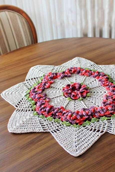24. Centro de mesa de crochê com flores – Via: Decor Fácil