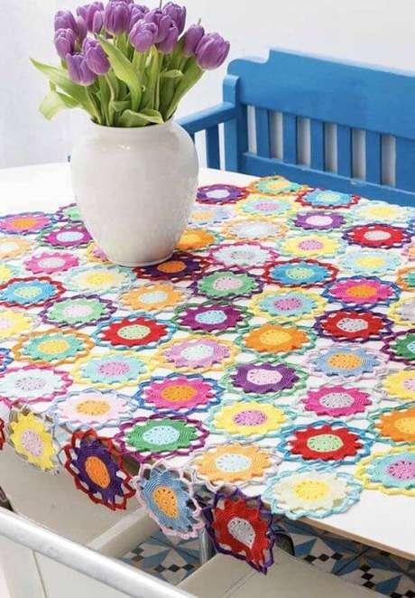 27. Flores coloridas no centro de mesa crochê – Via: Pinterest