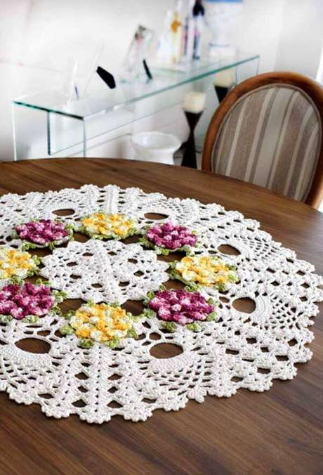 6. Centro de mesa de crochê com flores para mesa redonda – Via: Pinterest