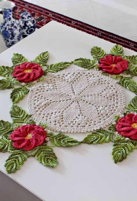 31. Centro de mesa de crochê com flores cor de rosa – Via: Decor Fácil