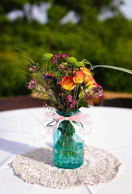30. Decore o centro de mesa com um lindo vaso de flores colorido – Via: Decor Fácil