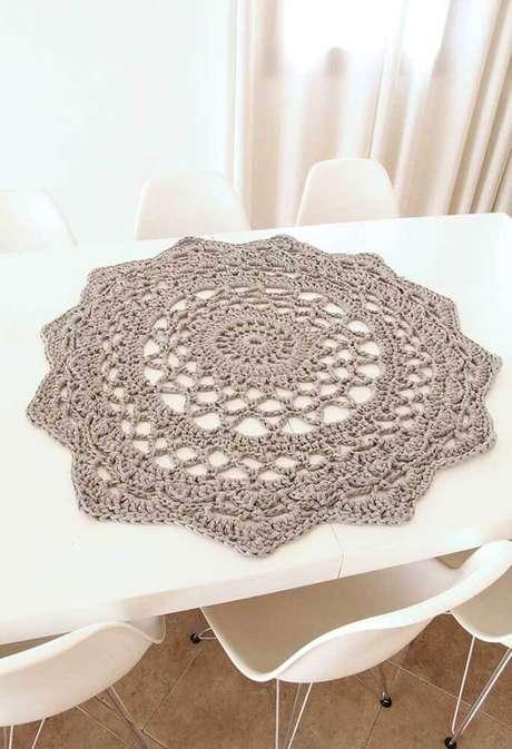 2. Centro de mesa de crochê redondo e neutro para mesa comprida – Via: Pinterest